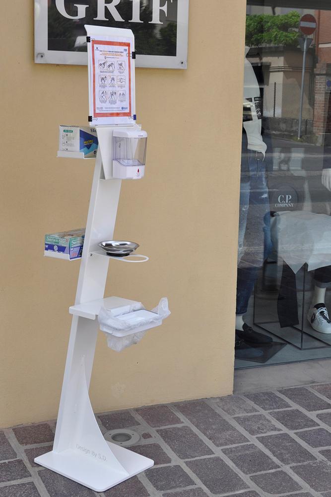 Colonnina dispenser automatico igienizzante mani con portamascherine portaguanti salvagocce e portaistruzioni e portarifiuti