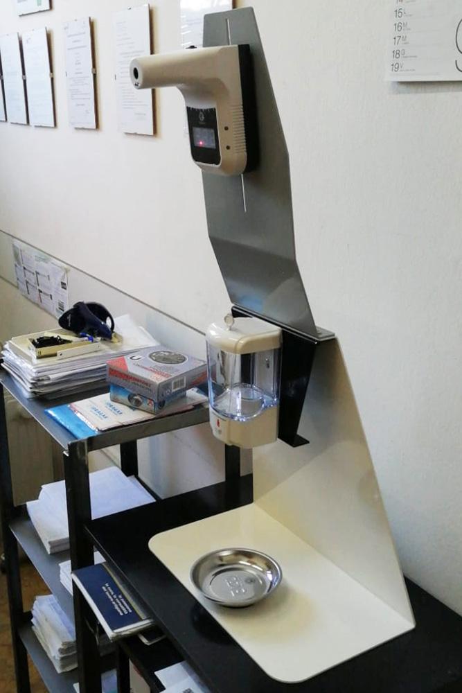 supporto da banco con dispense automatico igienizzante con salvagoccia e termoscanner